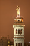 在钟楼的耶稣雕象在罗马 图库摄影