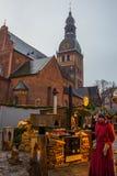 在钟楼的金黄公鸡 圆顶正方形的里加主教座堂在历史中心在老镇里加,拉脱维亚 免版税图库摄影