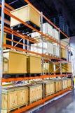 在钢架子系统的货物箱子在仓库里 免版税库存图片