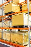 在钢架子系统的货物箱子在仓库里 库存照片