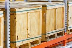 在钢架子系统的货物箱子在仓库里 免版税库存照片