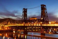 在钢桥梁的红绿灯足迹 免版税库存图片