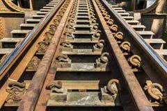在钢火车桥梁的老金属铁路 免版税库存照片
