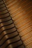 在钢琴字符串里面的锤子 免版税库存照片