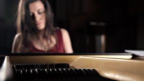 在钢琴的年轻哀伤的deushka igrat,钢琴 串钢琴 股票视频