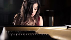在钢琴的年轻哀伤的deushka igrat,钢琴 串钢琴 股票录像