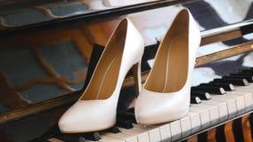 在钢琴的新娘婚礼鞋子 股票录像