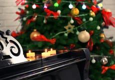 在钢琴的蜡烛在屋子里 圣诞节概念 库存照片