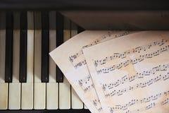 在钢琴的音乐纸张 免版税库存照片