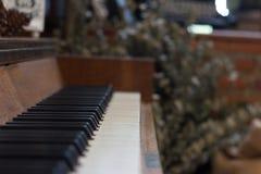 在钢琴钥匙的焦点集中于钢琴钥匙 免版税库存照片