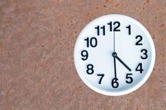 在钢生锈的背景的时钟 库存照片