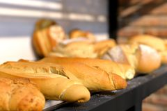 在钢的被聚焦的可口大面包在面包店搁置 库存照片