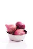 在钢碗的红洋葱在白色背景 库存照片