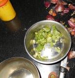 在钢碗的香菜叶子 图库摄影