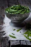 在钢碗的绿豆 免版税库存照片