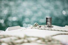 在钢船锚附近被栓的白色停泊绳索 库存图片