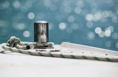 在钢船锚附近被栓的白色停泊绳索 库存照片