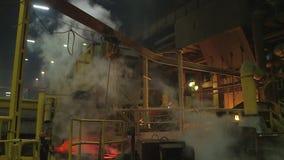 在钢铁厂的倾吐的液体金属 铜植物,冶金学 股票视频