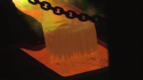 在钢铁厂的倾吐的液体金属 铜植物,冶金学 影视素材