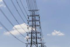在钢结构的高压送电线 免版税库存照片