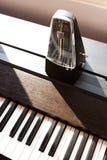 在钢琴的节拍器 免版税图库摄影