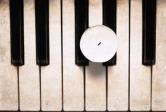 在钢琴的蜡烛 库存图片