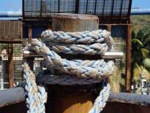 在钢系船柱附近被栓的重绳索 图库摄影