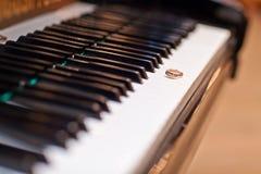 在钢琴钥匙的婚戒 免版税库存图片