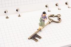 在钥匙附近的图在笔记本 免版税库存图片