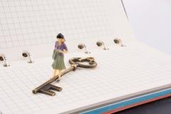 在钥匙附近的图在笔记本 库存照片
