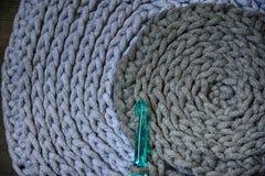 在钩针的灰色手工制造cottoncord桌布 免版税图库摄影