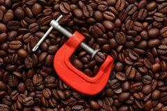 在钳位的咖啡豆 库存图片