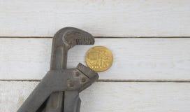 在钳位的Bitcoin 经济危机的风险 货币的秋天 在一个空白背景 库存图片