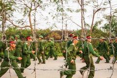 在铁丝网后的年轻越南战士,在站点力期间 免版税库存图片