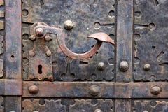在铁中世纪门的老门把手在格但斯克,波兰 免版税库存图片
