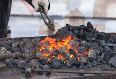 在铁工具的铁匠的伪造火 免版税库存照片