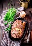 在铁平底锅的自创被充塞的肉卷 图库摄影