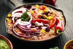 在铁平底锅的鲜美开胃墨西哥食物炖煮的食物在黑暗的backgroun 免版税库存图片