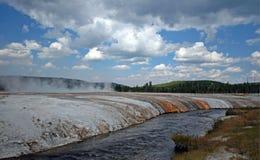 在铁春天小河旁边的峭壁喷泉在黑沙子喷泉水池在黄石国家公园在怀俄明美国 库存照片