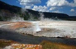 在铁春天小河旁边的峭壁喷泉在黑沙子喷泉水池在黄石国家公园在怀俄明美国 免版税库存照片