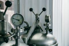 在铁机器大桶,啤酒厂设备,啤酒制造技术的测压器 免版税库存照片