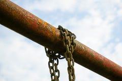 在铁杆的老链子 免版税库存照片
