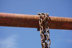 在铁杆的老链子 库存照片