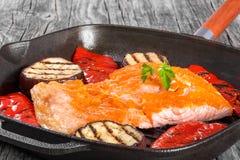 在铁格栅平底锅的三文鱼内圆角 免版税库存图片
