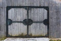 在铁框架的大木门 库存照片