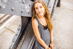 在铁桥梁的妇女画象 免版税库存图片