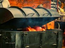 在铁烤箱被烹调的火腿 免版税库存图片