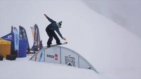在铁的挡雪板幻灯片弯曲了足迹在山的滑雪胜地 极其体育运动 特技 挑战 股票视频