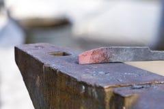 在铁砧的炽热激昂的刀子 免版税库存图片