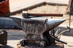在铁砧的锤子在伪造 库存照片